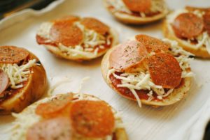 homemade mini pizzas | source: pexels.com