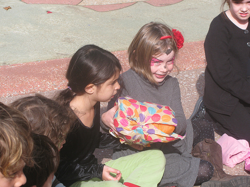 Musical Party Games_Pass_The_Parcel