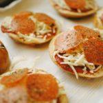 homemade mini pizzas | source: pexels.com